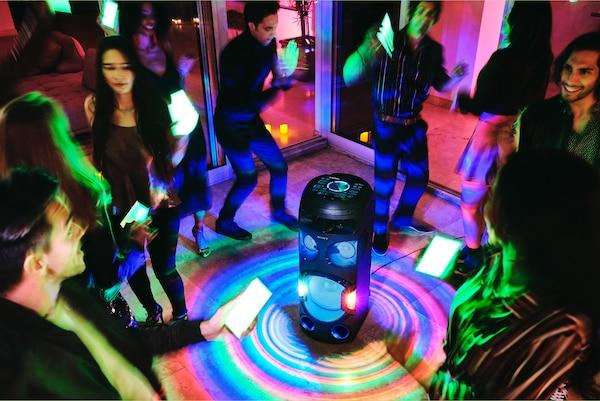 Ljudi na tulumu koriste Rasvjetu za zabavu u aplikaciji Fiestable na svojim pametnim telefonima