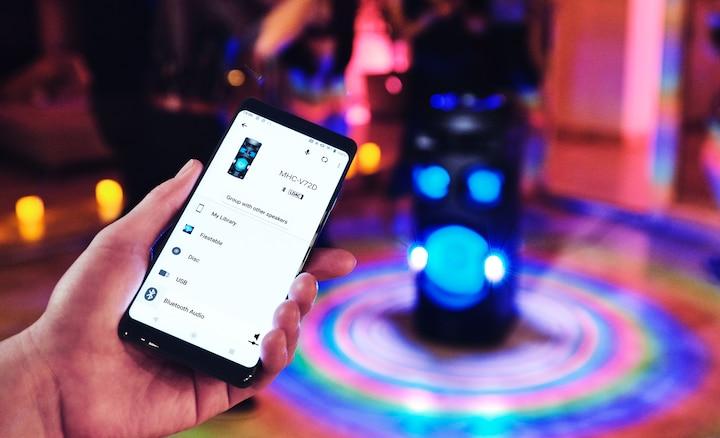 Ljubitelj tuluma koristi aplikaciju Sony | Music Center na pametnom telefonu